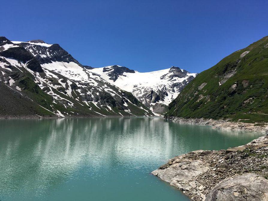 Patojärvi keskellä vuoria Zell am Seen lähistöllä.