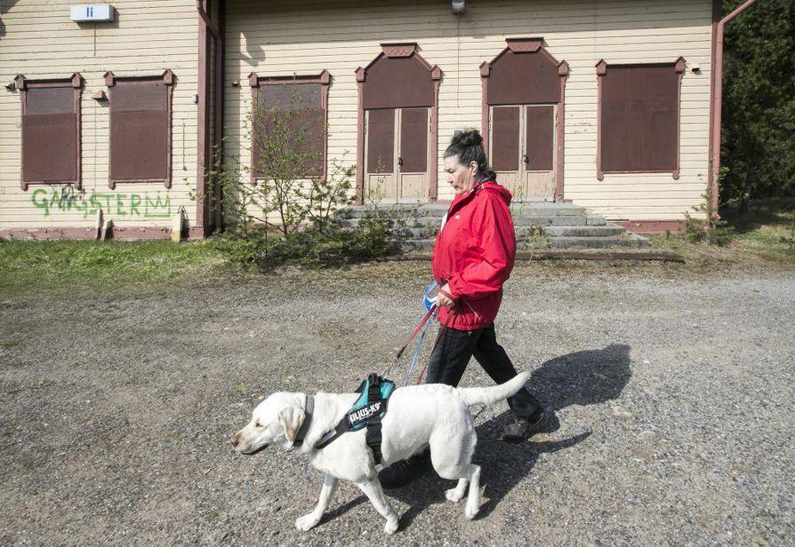 Aila Lehtelä ja Pimpula-koira ulkoilevat usein Asemakylän aseman tienoilla. Lehtelää surettaa hieno rakennus, joka on rappeutunut käytön puutteessa, eikä sitä saatu suojeltua.