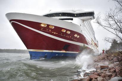 Matkustajat pääsevät Turkuun Viking Gracella, joka hinattiin satamaan aamuyöstä – Amorella vie ruotsalaiset matkustajat Tukholmaan