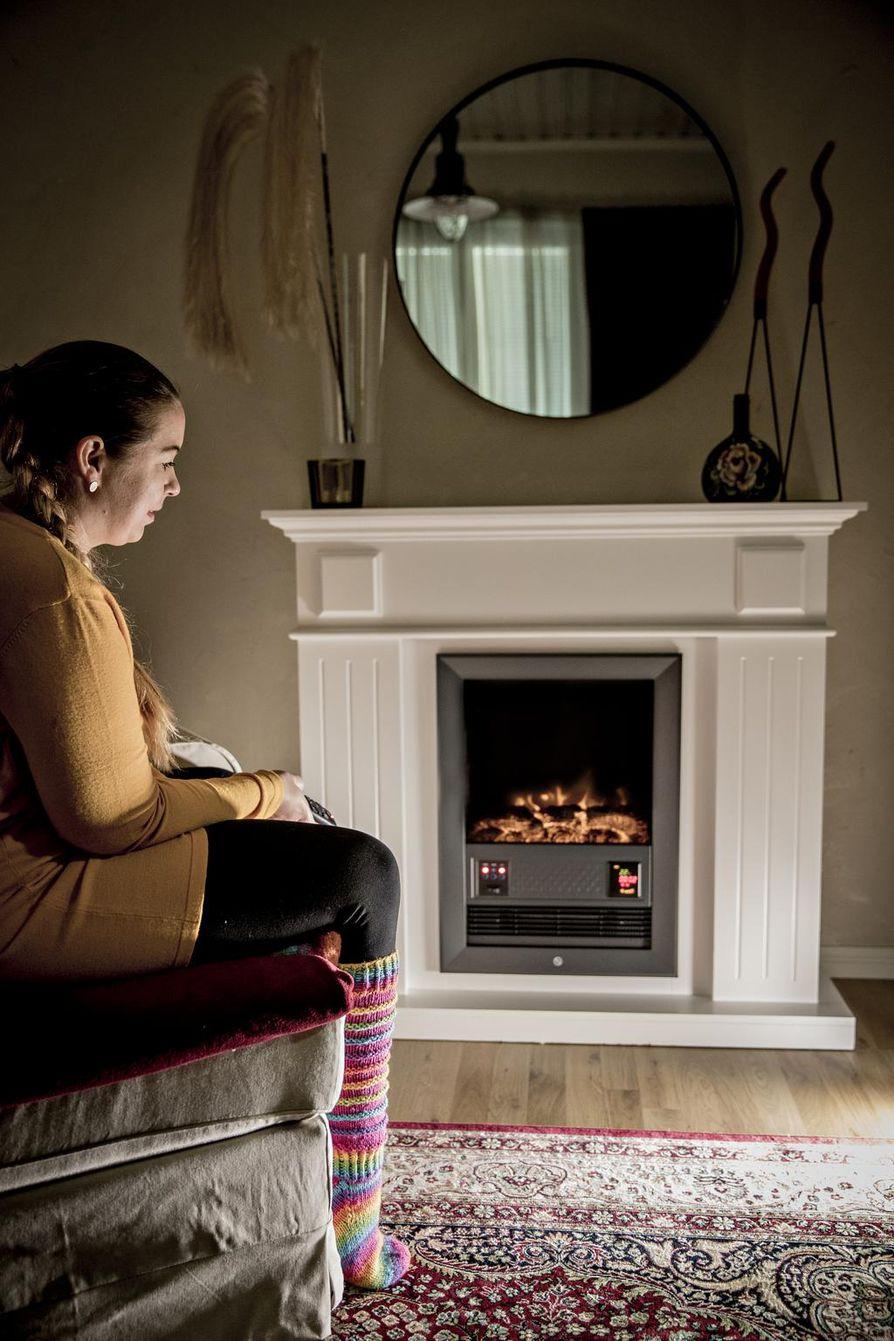 Maiju Konttinen hankki kotiinsa sähkötakan paitsi luomaan tunnelmaa, myös lämmittämään toisinaan viileältä tuntuvaa tilaa.