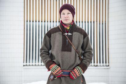 Utsjoelta kotoisin olevan multitaiteilija Niillas Holmbergin uusimmassa runoteoksessa jalkapohja painetaan ikiaikaiseen maahan