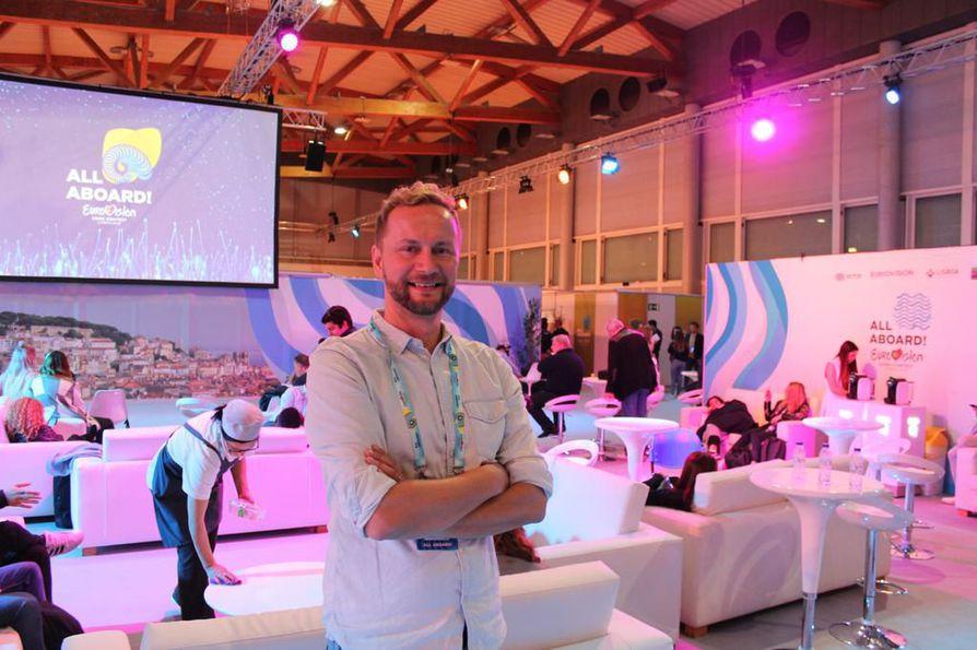 Sanavalmis Ylen kommentaattori Mikko Silvennoinen on Euroviisujen takahuoneessa kuin kotonaan.