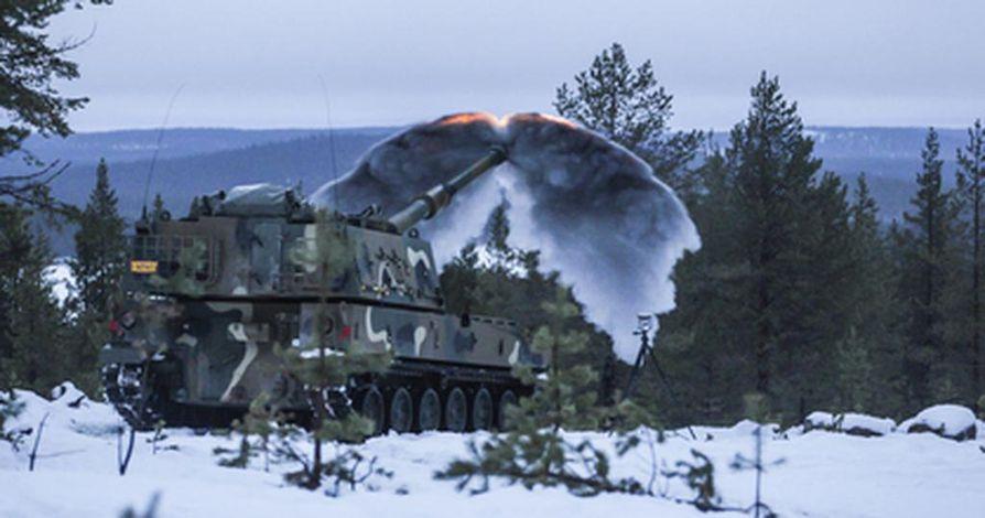 Puolustusvoimille hankittava K9 Thunder-panssarihaupitsi ampuu testeissä.