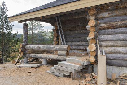 Yhden mökin katolta vuosi vettä sisätiloihin ja toinen jäi kesken asumiskelvottomaan kuntoon – vastuussa olleen henkilön maksettavaksi jäi kolmesta mökkiprojektista yli 100000 euron vahingonkorvaukset