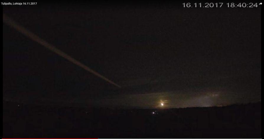 Kuvakaappaus Johannes Karhulan illalla Lohtajalla kuvaamasta videosta, jossa tulipallo näkyy taivaanrannassa.