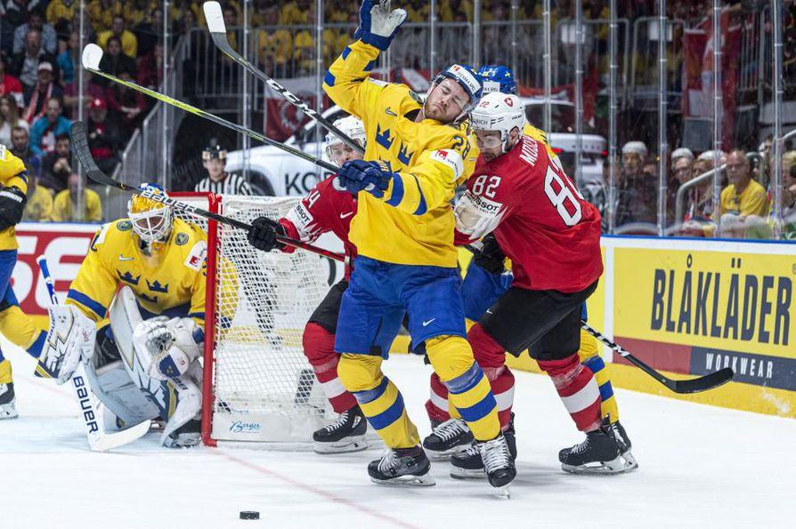 Ruotsin Elias Lindholm vääntämässsä Sveitsin Simon Moserin kanssa alkulohkon ottelussa.