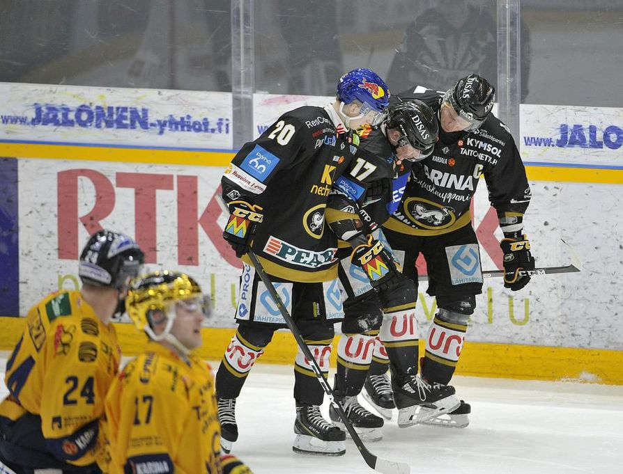 Aleksi Heponiemi (vas.) ja Lasse Kukkonen auttoivat loukkaantuneen Mika Pyörälän jäältä.