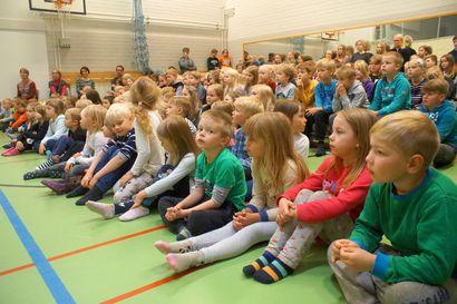 Suomen historiaa nukketeatterin keinoin – Juha Laukkanen kiersi Pudasjärven kouluilla