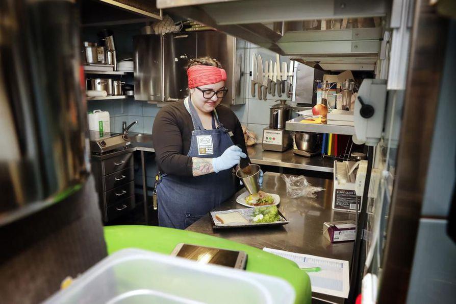 Rosaliina Puttonen tuli Jyväskylästä Oulun Makiaan töihin pari viikkoa sitten. Myös Jyväskylässä oli hänen mukaansa hankala saada ravintoloihin ammattitaitoista työvoimaa.
