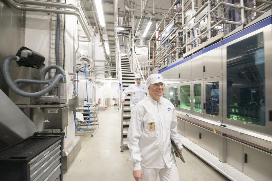 Täysin automatisoitu, umpinainen systeemi muuttaa maidon jogurtiksi muutamassa tunnissa. Missään ei näy avonaisia sammioita saati jogurttia. Tuotantovastaava Tom Elovaara (vas.) ja tuotantopäällikkö Minna Laatikainen esittelevät prosessia.