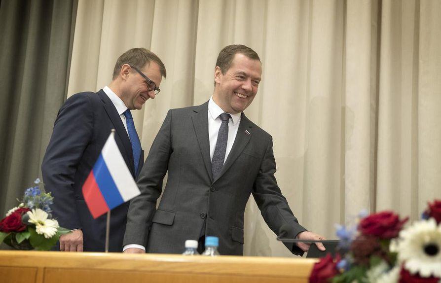 Pääministeri Juha Sipilä (kesk., kuvassa vasemmalla) on keskustellut Venäjän pääministeri Dmitri Medvedevin kanssa koilliskaapelista.