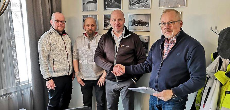 Sami Hyvärinen (vas.), Ari Tihinen ja Pasi Rytkönen ostivat Olli Kuivamäeltä enemmistöosuuden KTC Groupista.  Kauppakirjasta löytyy myös päivä, jolloin Kuivamäki myy myös loput osakkeet ja yrittäjän titteli vaihtuu eläkeläiseksi.