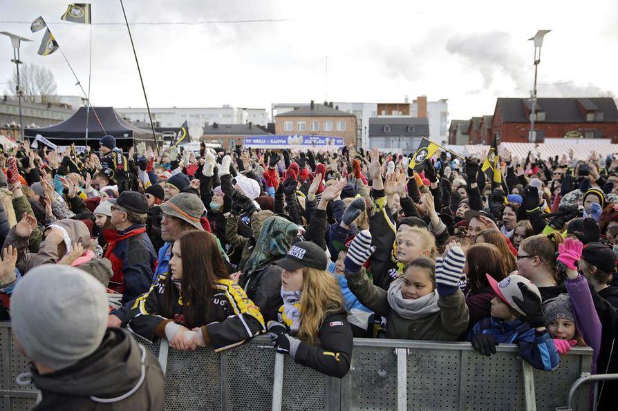 Kärppäfanit tungeksivat Oulun torille maanantai-iltana.