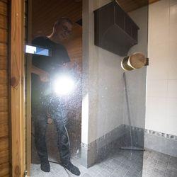 Pesu ja kuivaus vai laattojen suojapinnoitus – Keräsimme neuvot, joilla kylpyhuoneen pinttyneet kaakelit saa parhaiten puhtaaksi kalkkitahroista ja liasta