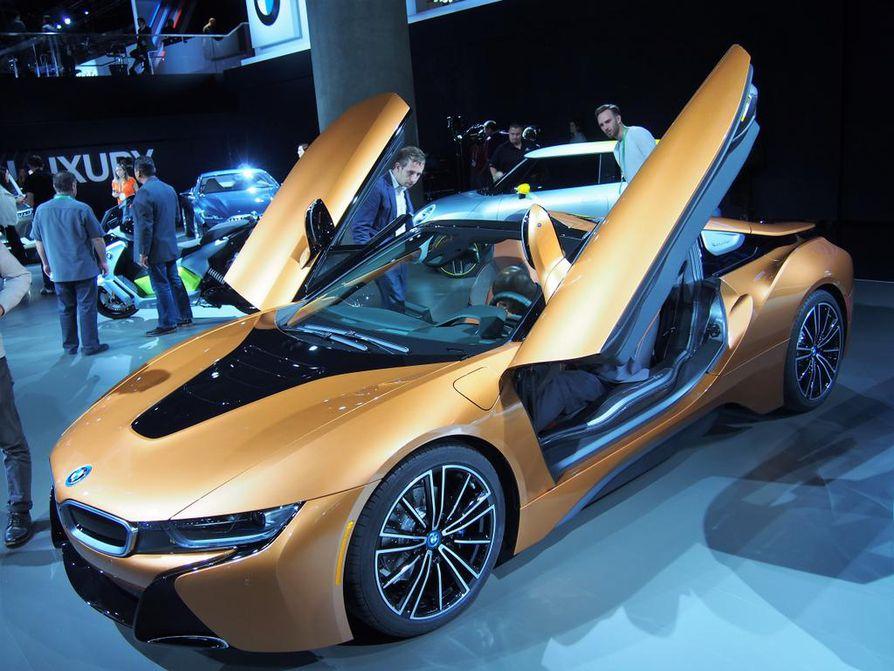 BMW i8 Roadster on eurooppalainen vastaus Teslan roadster-mallille. Kaksipaikkaisen lataushybridin toimintamatka sähköllä on 55 kilometriä. Sähköinen kangaskatto taittuu piiloon tai nousee paikalleen 16 sekunnissa.