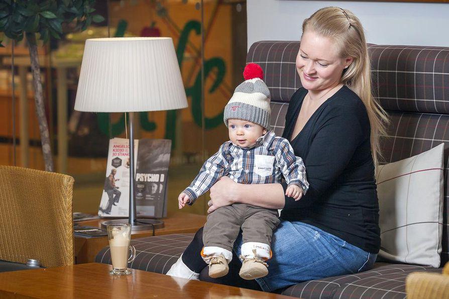 Vauvalla on yllään Timberlandin bodypaita (46,90), Timberlandin vuoritetut housut (39,90), Mayoral tossut (19,90) ja Gantin pipo (35,90).  Äidillä Mama i Ja -imetyspusero (39,90).