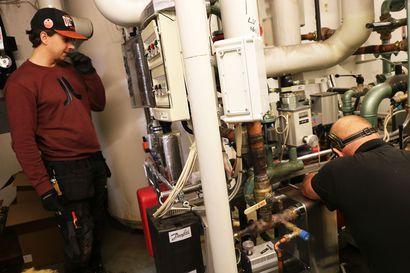 Katso video: Näin asentajat korjaavat Oulaisten jäähallin vesijärjestelmää: Suurin virhe on jättää ruuvit löysälle